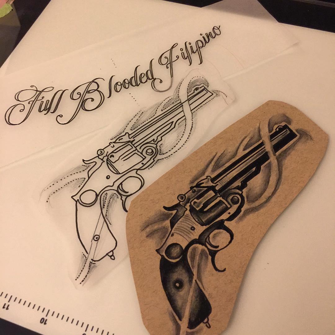 给家住北京丰台区做理发师的周先生设计的英文花体加手枪纹身